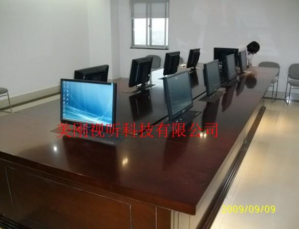 液晶升降器,安装于各类办公桌内,实现显示器的自动升降.,简约大方经典时尚. 可以满足显示器不用拆卸及避免横七竖八布线的需要,充分利用桌面以下的空间,把显示器藏于桌底下,可以在需要使用时触发控制器,仓盖自动打开、显示器升至桌面,并可依据需要向后仰一定的角度。该升降系统显示屏升上来后,可随时根据视角向后调整显示屏一定的角度便于观看;不用时又可以收回桌底,并自动恢复显示屏的初设角度,满足于不同与会者的要求。可以通过集中控制器集体控制,也可以单屏控制。液晶升降器可选择不同的控制方式,单台遥控或多台集控等.