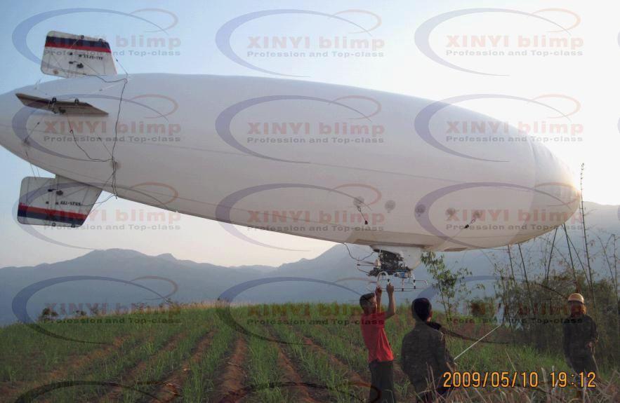 7米的汽油架线飞艇是新艺公司于2008年年中设计完成的工程用艇,产品使用28CC超轻航空专用发动机,配合大直径螺旋桨实现了比6.5米级别架线艇一倍以上的举升力,实现了一次起飞就可完成5-6级大跨度电塔的架线需求,飞艇设计按工程级别设计,使用大量的复合材料(如碳纤维复合加强板、赛钢塑料等轻型合成材料,经过拉力试验达到500KG/c以上的破断力),具有强度高重量轻的特点,颠覆了以往的手工加工,想到哪里做哪里的手工式生产,CAD电脑辅助模块化设计使产品零部件实现了标准化,大大方便了野外的应急维护和维修,用户可以