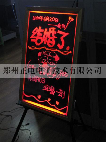 手写荧光广告板可使用任何荧光水笔,设计发光图文.