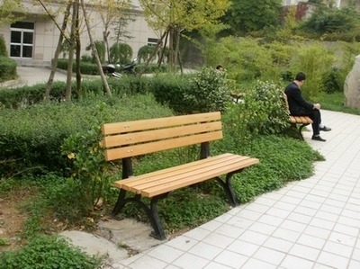 公园椅和户外垃圾桶等