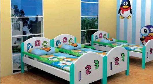对于4-8岁上幼儿园的小朋友在选购儿童床时,一要注意确保床时稳固的