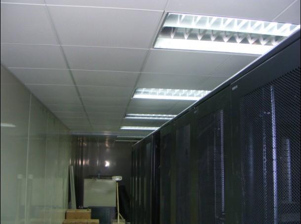 (1)固定式吊顶的顶板,其钉眼、接缝和阴阳角必须根据顶板材质采用相应的材料填平,磨光。如采用双层顶板时,接缝不得在同一龙骨上。   (2)活动式顶板的安装必须牢固,接缝平直。靠墙、柱处的补边板的边缘应整齐,无翘曲。   (3)吊杆等金属连接件除锈后应涂两遍防锈漆。   (4)吊顶内空间作为静压箱时,其内表面应做防尘处理。   (5)顶板安装过程中应随时擦拭干净,并及时清除顶板内的杂物。济南科风智能机房工程有限公司总部在济南,电联:(一三八零六四一二二二九)青岛设有工程办事处,专业从事计算机房装饰装修工程和