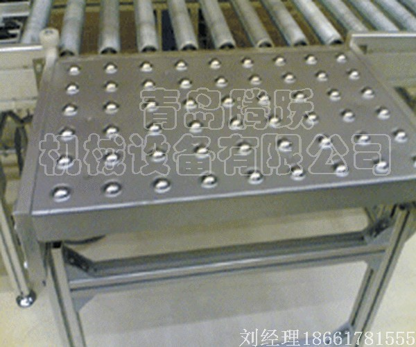 万向球输送机   万向球输送机是利用滚珠进行输送的一种无动力输送机。由于物品在滚珠上可沿任何方向输送,因此被称为万向球输送机。 该输送机常被用于输送底面平整、光滑的物品,如托盘等。不适合输送底面凹凸不平(如普通周转箱),以及软底(如布包裹等)的输送。 万向球输送机安装方便(只需将万向球固定在平台上即可),传动灵活,性能可靠,维护简单。 编辑本段万向球台   是将若干具有承载力的万向球以一定的密度固定在钢板上形成平台,由于万向球的滚动灵活,使在其 上运行的工作板、物料箱等物体能非常灵活的滑移,从而大大减小工
