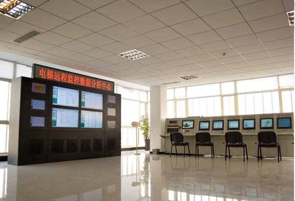 1、系统优势 (1)多品牌电梯无限制兼容。 (2)信号采集与电梯系统无任何电气连接。 (3)实时采集电梯运行状态。 (4)智能判断电梯故障,短信通知维保人员。 (5)语音方式对困人故障进行确认、安抚。 (6)系统检验采用定期自动自检及手动检测结合方式。 (7)强大的后备电源,可供系统设备掉电后至少工作两小时,并具备欠压系统报警功能。 (8)采用现场设备与监控中心数据双记录方式。 (9)PROSPECT城市电梯远程自动报警安防管理系统软件提供实时状态、运行频率、数据查询等功能。 拓展功能: 救援时可视对讲