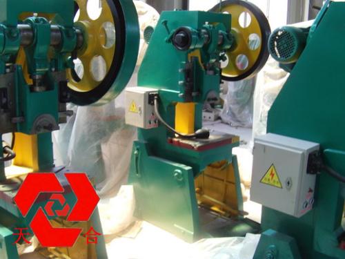 160吨冲床价格jb23系列开式可倾压力机采用刚性转健离合器,具有单次和