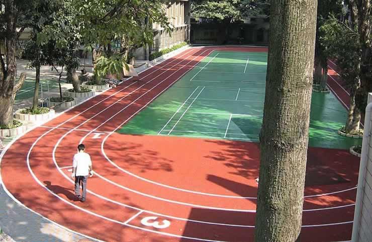 工程涉及室内外足球场,网球场,篮球场,排球场,曲棍球场,壁球场,田径
