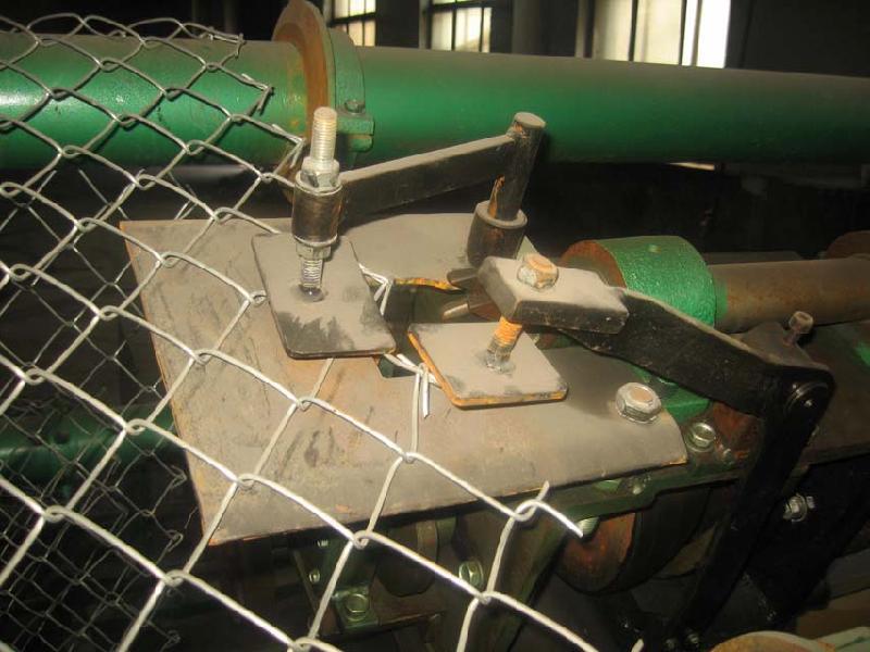 镀锌铁丝建筑网片-喷塑勾花网片报价-淄博铁丝锚网---铁丝菱形网按叫法分为:铁丝勾花网 、铁丝斜方网 、铁丝环连网 、铁丝环链网、铁丝勾网 、铁丝锚网 、铁丝防护网 、铁丝养殖围栏用网、铁丝活络网等。 铁丝菱形网按表面处理:电镀锌-菱形网、热镀锌-菱形网、涂塑菱形网(pvc、pe包塑)、浸塑菱形网、喷塑菱形网。 铁丝菱形网按用途分为:装饰铁丝菱形网,铁丝菱形网护栏,防护铁丝菱形网,煤矿菱形网,养殖菱形网,铁丝菱形网石笼等。 铁丝菱形网材质:优质铁丝,黑丝,改拔丝,PVC丝,镀锌铁丝,涂塑铁丝,低碳钢丝等。