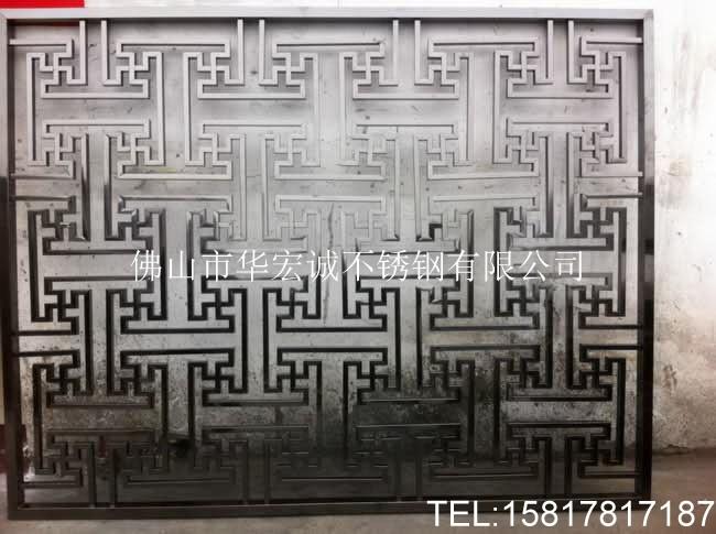 专业加工焊接电镀不锈钢屏风。 1、不锈钢屏风的厚度一般是足厚0.8mm,不锈钢框架的厚度一般是1.2-1.5mm。 2、古铜色,玫瑰金,黑钛金不锈钢屏风表面处理:板材表面处理也分为镜面和拉沙两种,家装一般不建议用镜面不锈钢,拉沙的效果好一些。 3、屏风样式:现在不锈钢屏风有几种样式,一种是管材焊接电镀的形式,还有一种是电脑激光焊接电镀加工,建议用后一种。 4、保养:不锈钢容易沾上指纹,可以用半干的抹布擦掉或酒精擦试。 我们可根据客户要求进行不锈钢屏风定制,对于不锈钢屏风的尺寸进行量身设计,制作出不同规格,