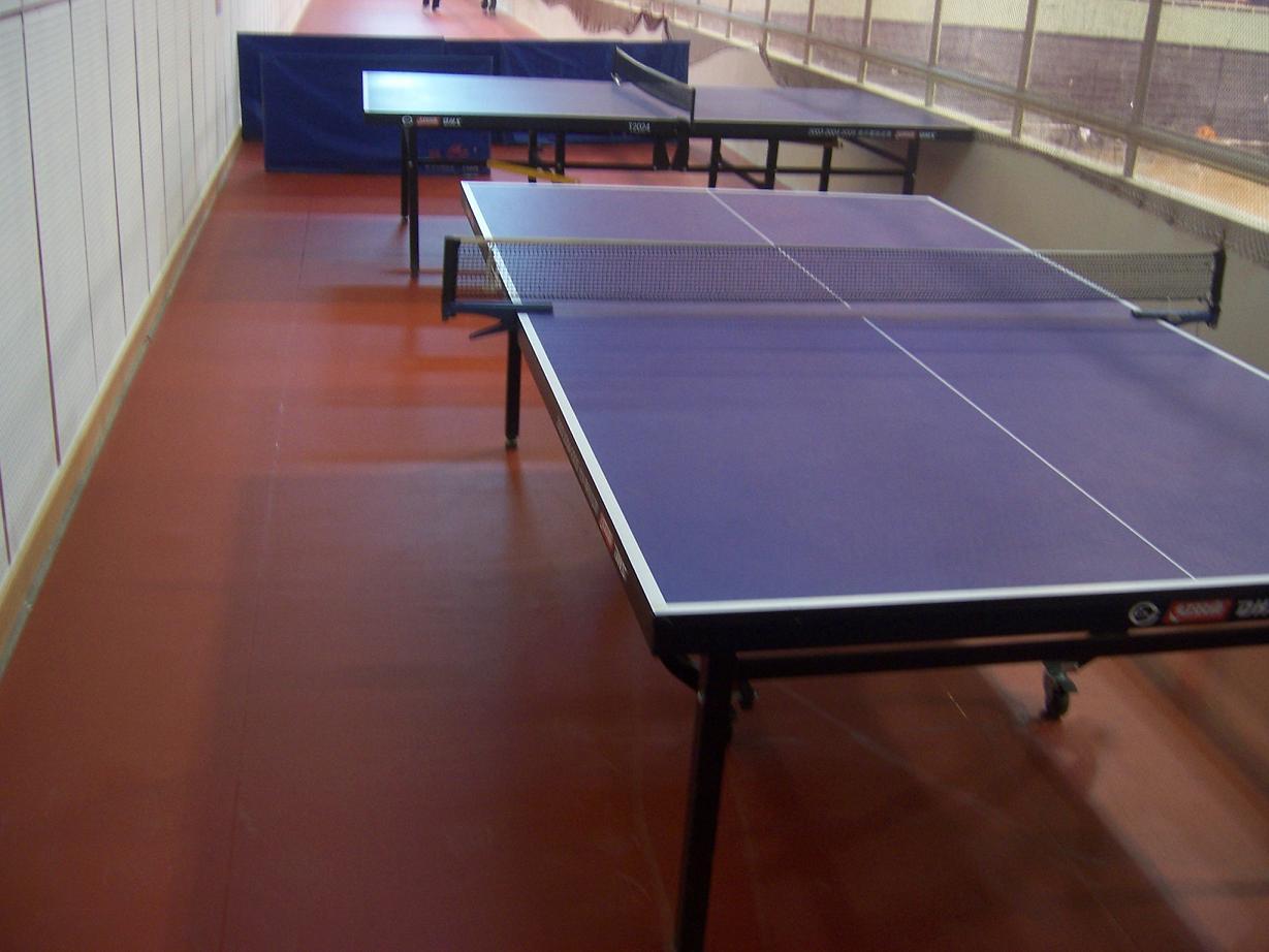 PVC运动地板 1、pvc运动地板是由PVC耐磨层、玻璃纤维加强层和PVC发泡缓冲层组成。 2、100%纯PVC耐磨层,经防老化和紧固技术处理,耐磨耐压,使用寿命可达15年。 3、玻璃纤维加强层起到稳定场地尺寸、延长使用寿命的作用,使地板永不收缩,性能更加稳定,使运动员发挥出更好的水平。  封闭式PVC发泡缓冲层材料如气垫式构造,提供绝对的安全性、回弹性和标准的吸振性,吸振率达到30%50%。  PVC发泡缓冲层底面采用HK状纹路处理,合理的重量能在场地铺开时将里面的空气排出,形成真空,更加具有附