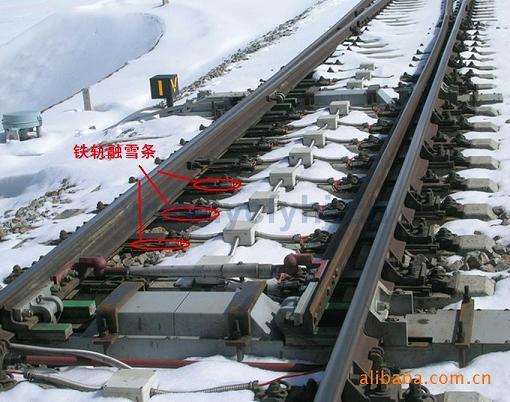 当发生降雪后,自动或人工启动电加热融雪电路,融化道岔尖轨与基本轨间